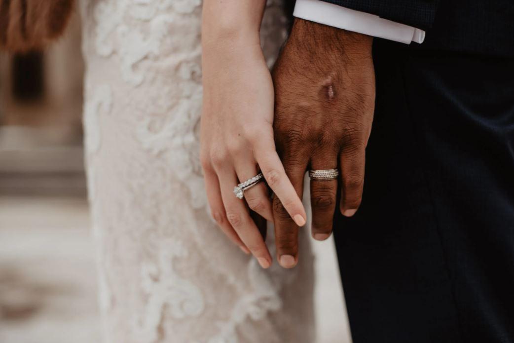 Paar hält sich bei der Hochzeit die Hände